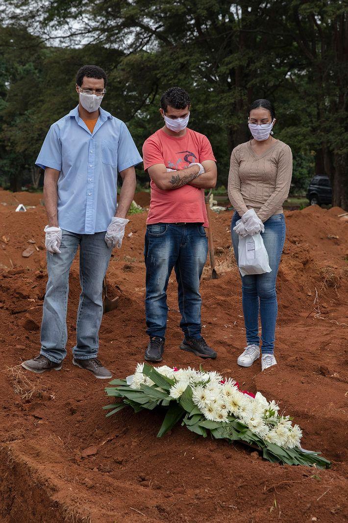 Apenas quatro membros da família de Manoel Joaquim da Silva puderam comparecer ao seu funeral. Devido ...