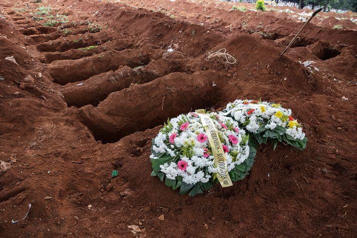 O primeiro sepultamento do dia no Cemitério da Vila Formosa. O Brasil tem o segundo maior ...