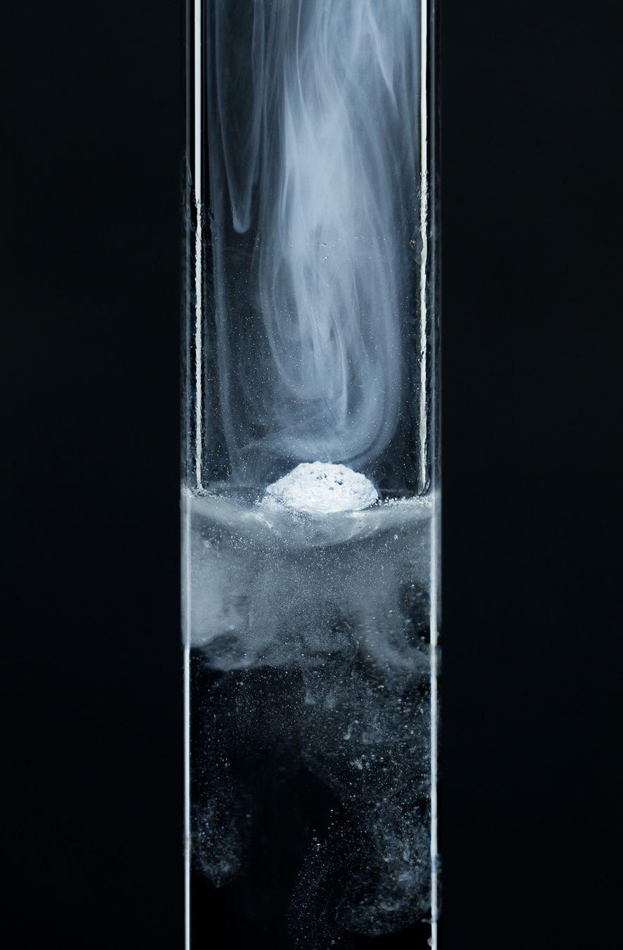 Conforme uma pequena partícula do metal potássio é colocada em um tubo de ensaio com água, ...