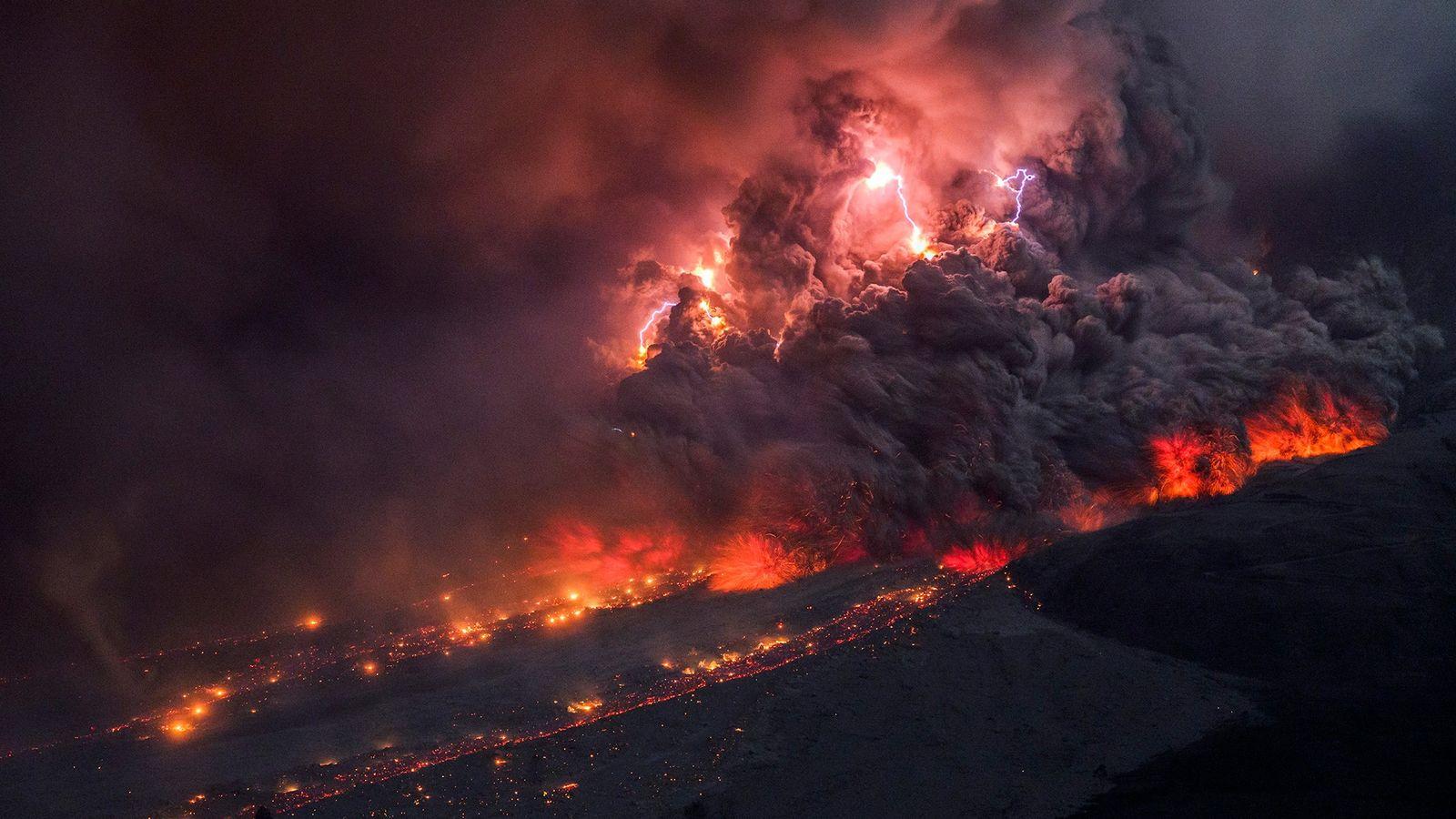 Raios no interior de um fluxo piroclástico durante erupção do Monte Sinabung em 2014, na ilha ...