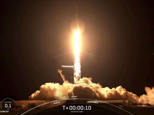 Em missão sem astronautas profissionais,SpaceX lança quatro civis ao espaço