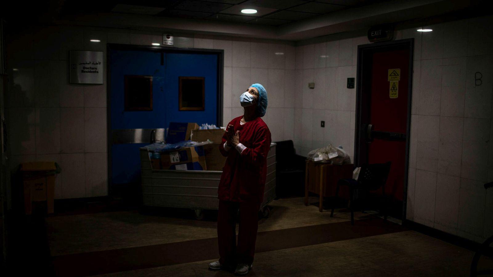 Enfermeira faz oração nos corredores da Unidade de Terapia Intensiva do Hospital Universitário Rafik Hariri em ...