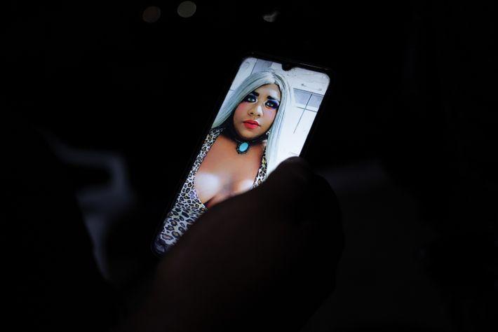 """Ygona Moura, uma das moradoras da Casa Florescer, tira uma selfie em um dia que estava """"montada"""". ..."""