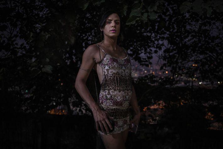 Erica posa para retrato na Casa Florescer antes de sair para trabalhar como profissional do sexo. ...