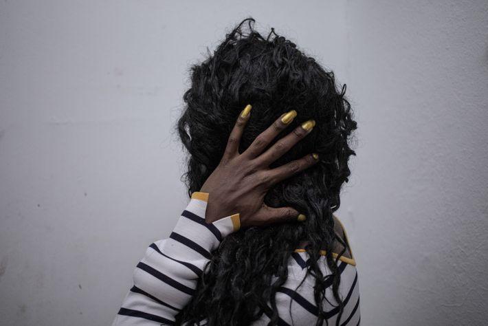 Geisa arruma os cabelos no banheiro da casa Florescer. Durante o dia, as meninas aproveitam o ...