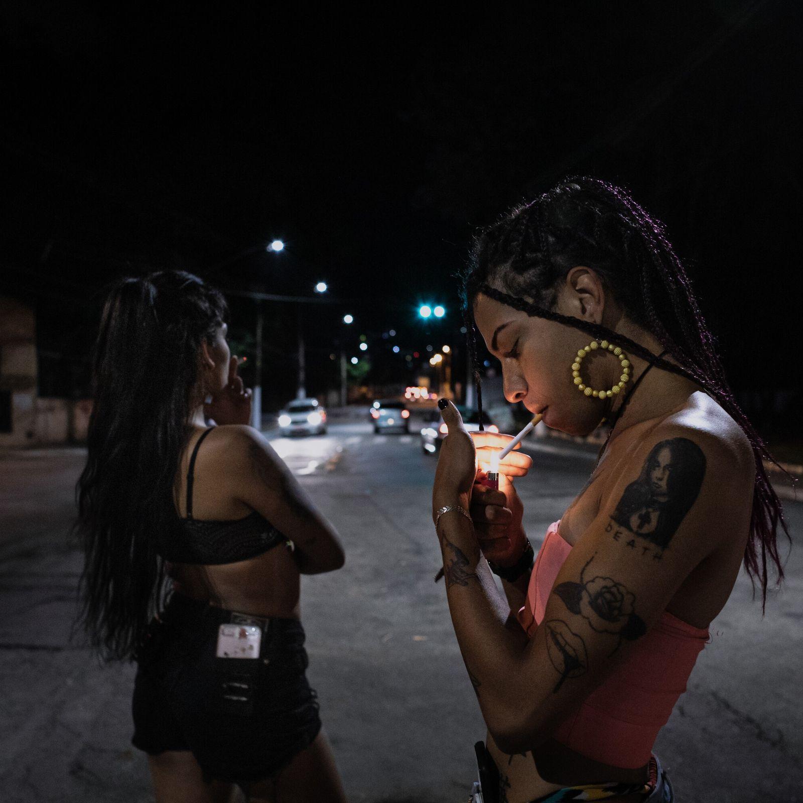 Celina, 19 anos, e Lourena, 21, moram em uma casa de acolhimento para mulheres trans em São Paulo ...