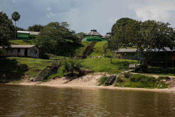 aldeia às margens de rio