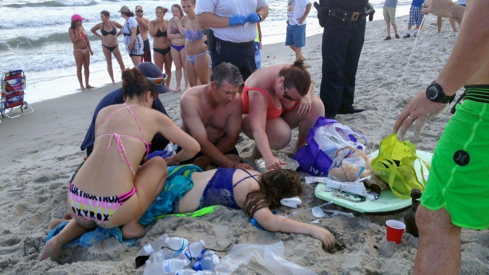Uma adolescente foi atacada por um tubarão em Oak Island, Carolina do Norte, EUA, em 14 ...
