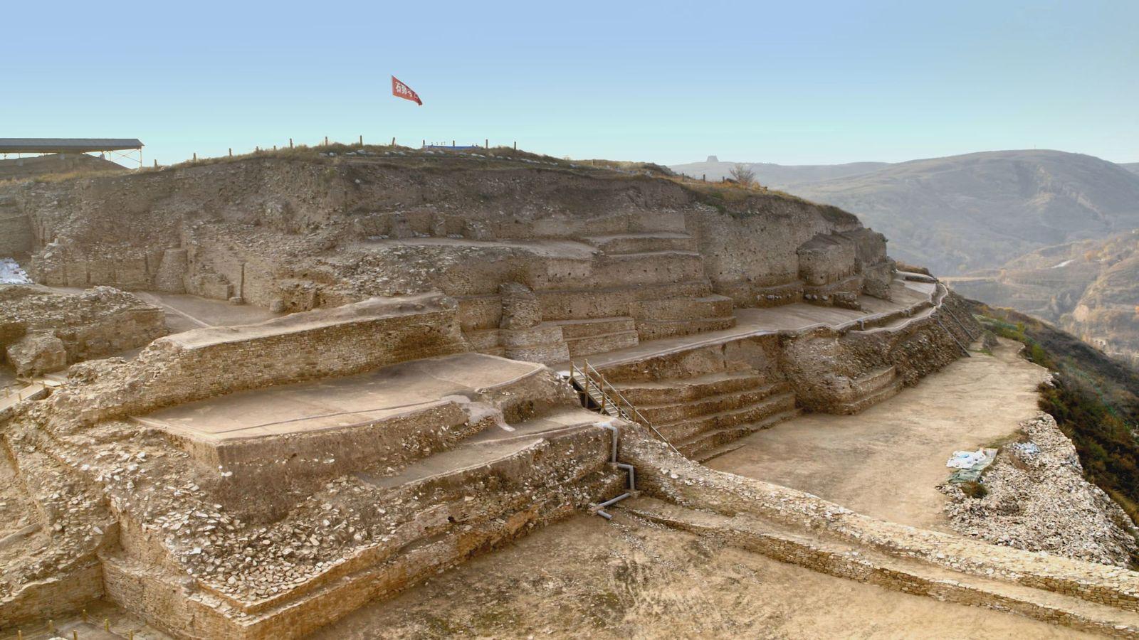 Coroada com uma pirâmide de degraus de mais de 60 metros de altura, uma cidade fortificada ...