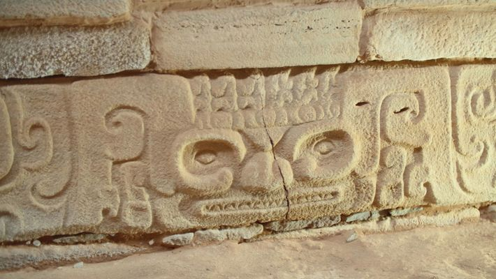 """As inscrições em pedra recém-escavadas """"podem ter conferido poder religioso especial à pirâmide de degraus"""", segundo ..."""
