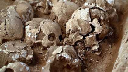 Evidências de sacrifício humano e misteriosas inscrições em pedra encontradas em cidade antiga