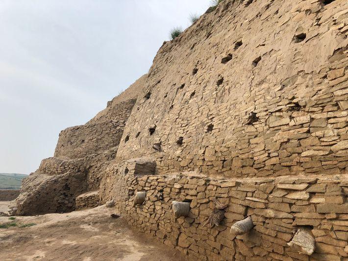 Muros fortificados com mais de dois metros de largura e nove quilômetros de comprimento rodeavam a ...