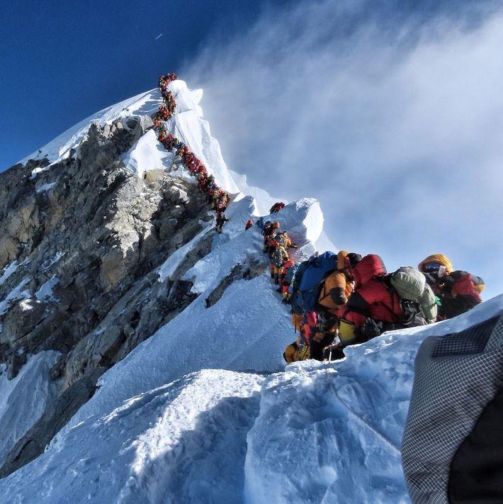 O alpinista nepalês Nirmal Purja Magar publicou esta foto no Instagram retratando as multidões que tentavam ...