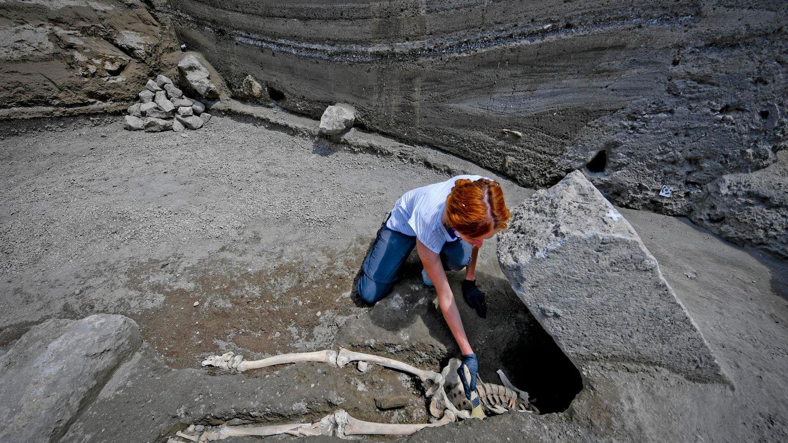 Quando o corpo da vítima foi descoberto, os arqueólogos de Pompeia suspeitaram que ele havia sido ...