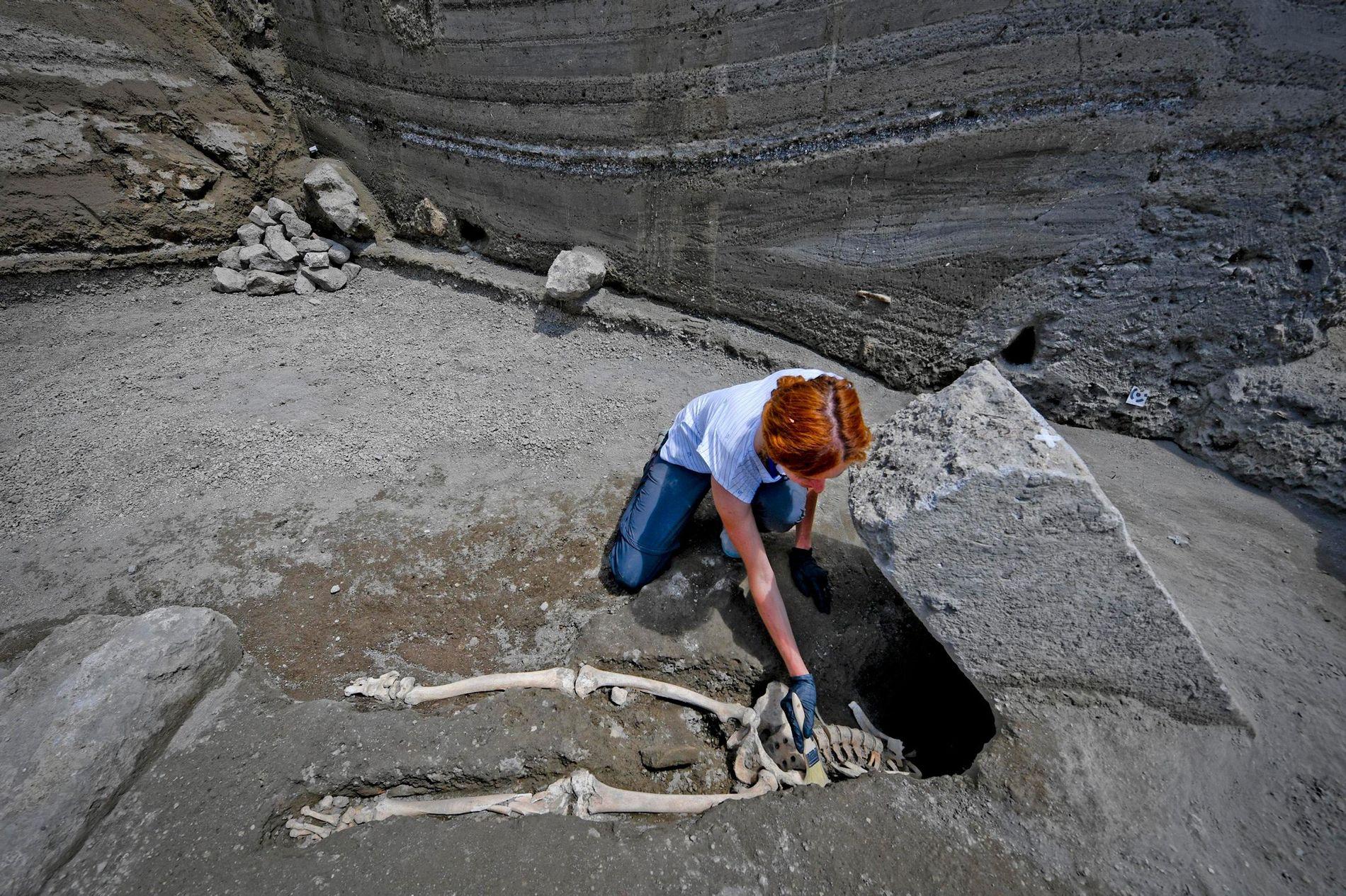 Quando o corpo da vítima foi descoberto, os arqueólogos de Pompeia suspeitaram que ele havia sido esmagado até a morte por uma grande rocha durante a erupção do Monte Vesúvio.