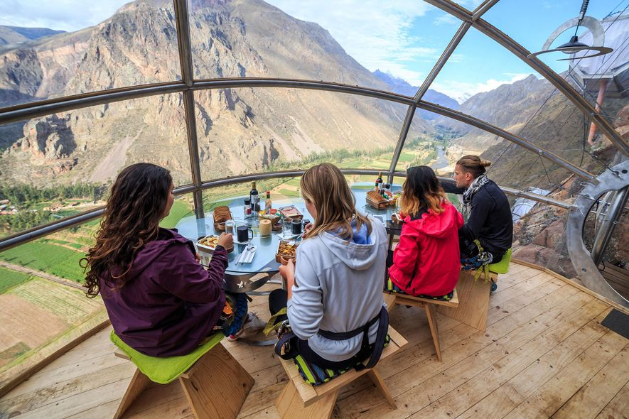 Vivencie o famoso Vale Sagrado de Cusco enquanto relaxa em uma cápsula de vidro no Skylodge ...