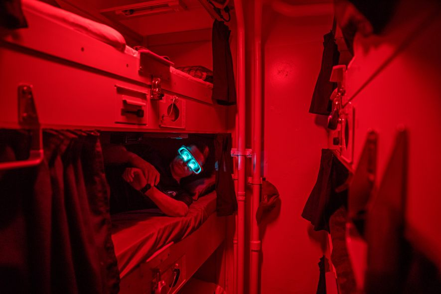 Descansando em seu beliche no U.S.S. Paul Hamilton, um marinheiro usa óculos iluminados por um curto período de tempo depois de acordar. Nita Shattuck, da Escola Naval de Pós-Graduação em Monterey, Califórnia, testa os dispositivos para ver se conseguem redefinir o relógio interno dos marujos, sincronizando-os aos seus turnos em vez do ciclo solar.