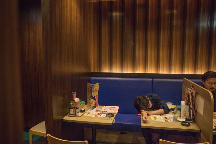 O sono é visto como uma interrupção da vida, mas o verdadeiro flagelo é a insônia. No Japão, cerca de 40% da população dorme menos que seis horas por noite. O cochilo em público, como neste restaurante de Tóquio, é um comportamento socialmente aceito.