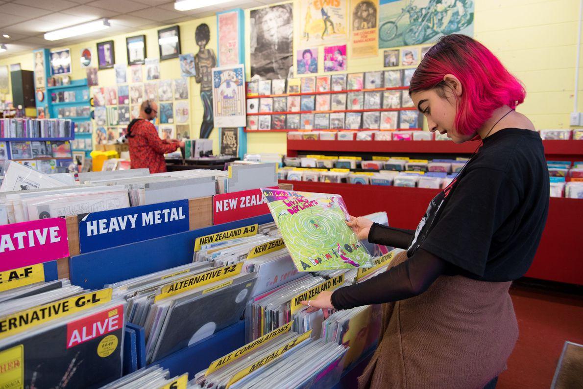 O velho encontra o novo em uma variedade de CDs, DVDs e discos vendidos na Slow ...