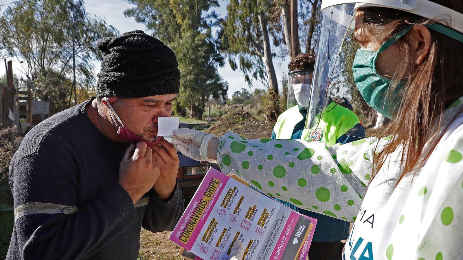 Profissional de saúde realiza teste olfativo para monitorar a perda de olfato em um morador do ...