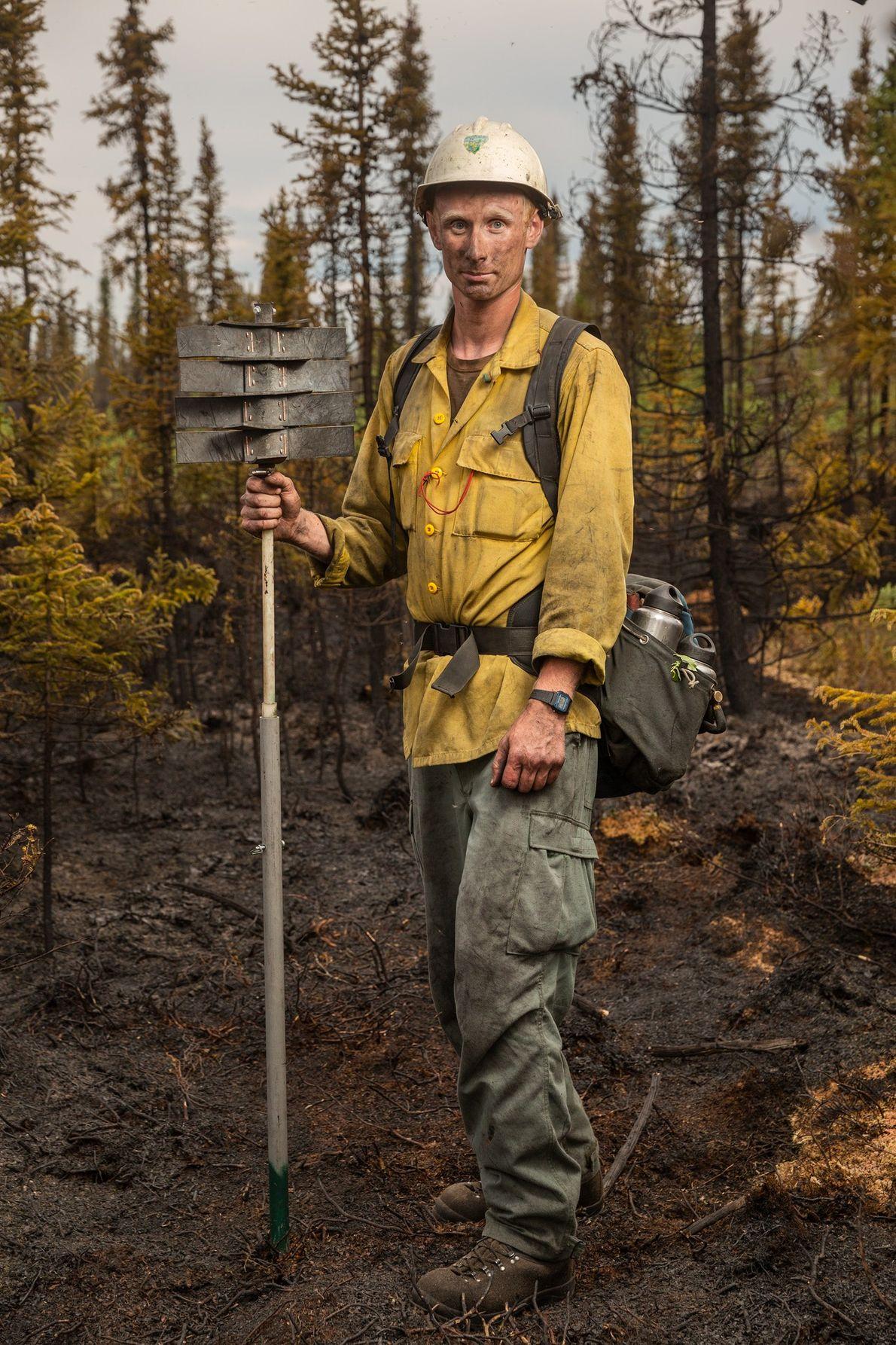 Spencer Robertson faz uma pausa depois de extinguir o incêndio 323, causado por um raio perto ...