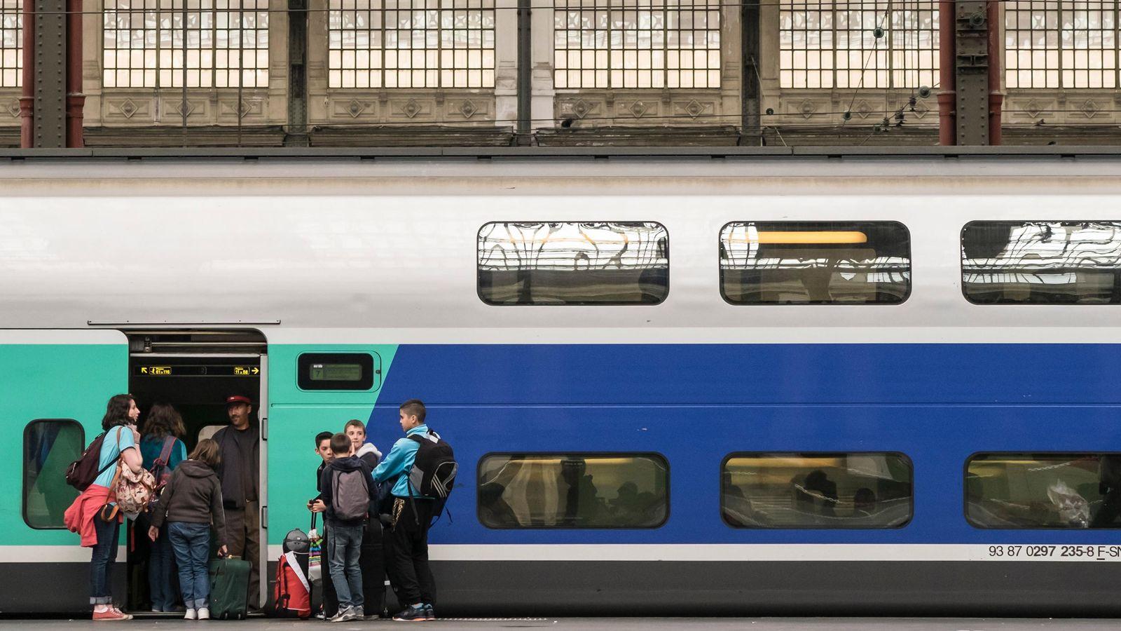 Famílias embarcam em um trem da SNCF em Paris.