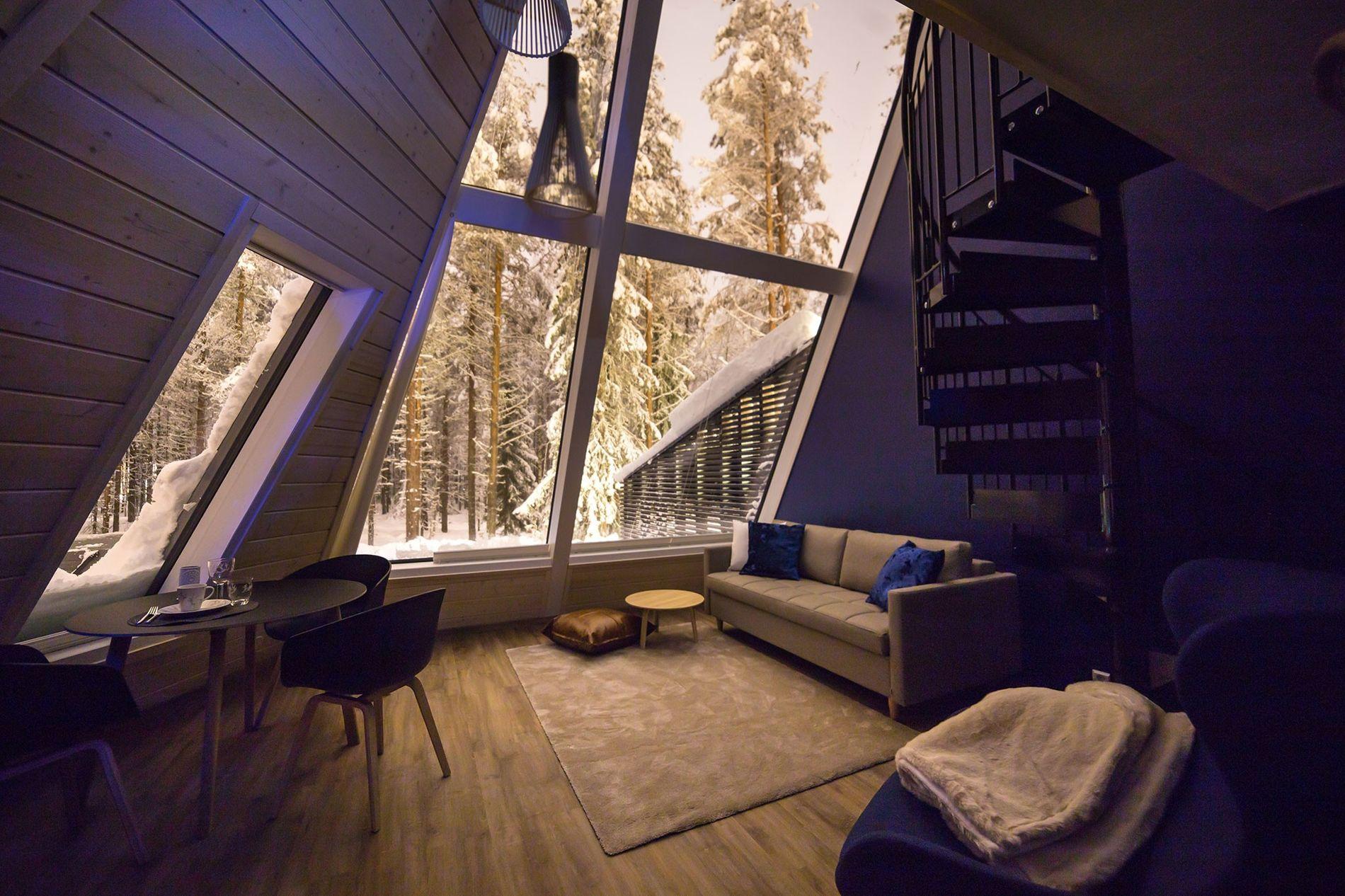 Saunas privadas e janelas do chão ao teto são características das suítes do Snowman World Glass ...