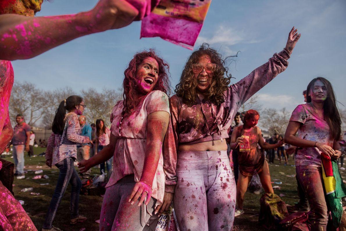 Duas mulheres se divertem em uma comemoração do Holi, em Richmond Hill, um bairro do Queens, ...