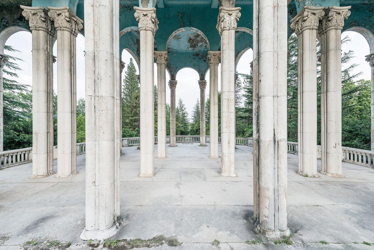 Arcos monumentais adornam esta galeria aberta de um antigo sanatório.