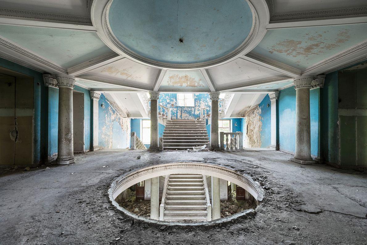O grande salão de entrada deste sanatório negligenciado será transformado em um hotel de luxo.