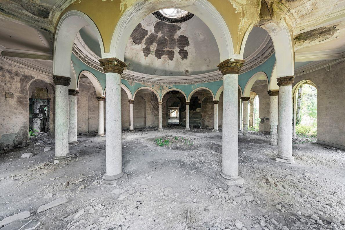 A elite soviética costumava reunir-se em refeitórios como estes, que apresentam arcos ornamentados e lindas cores.