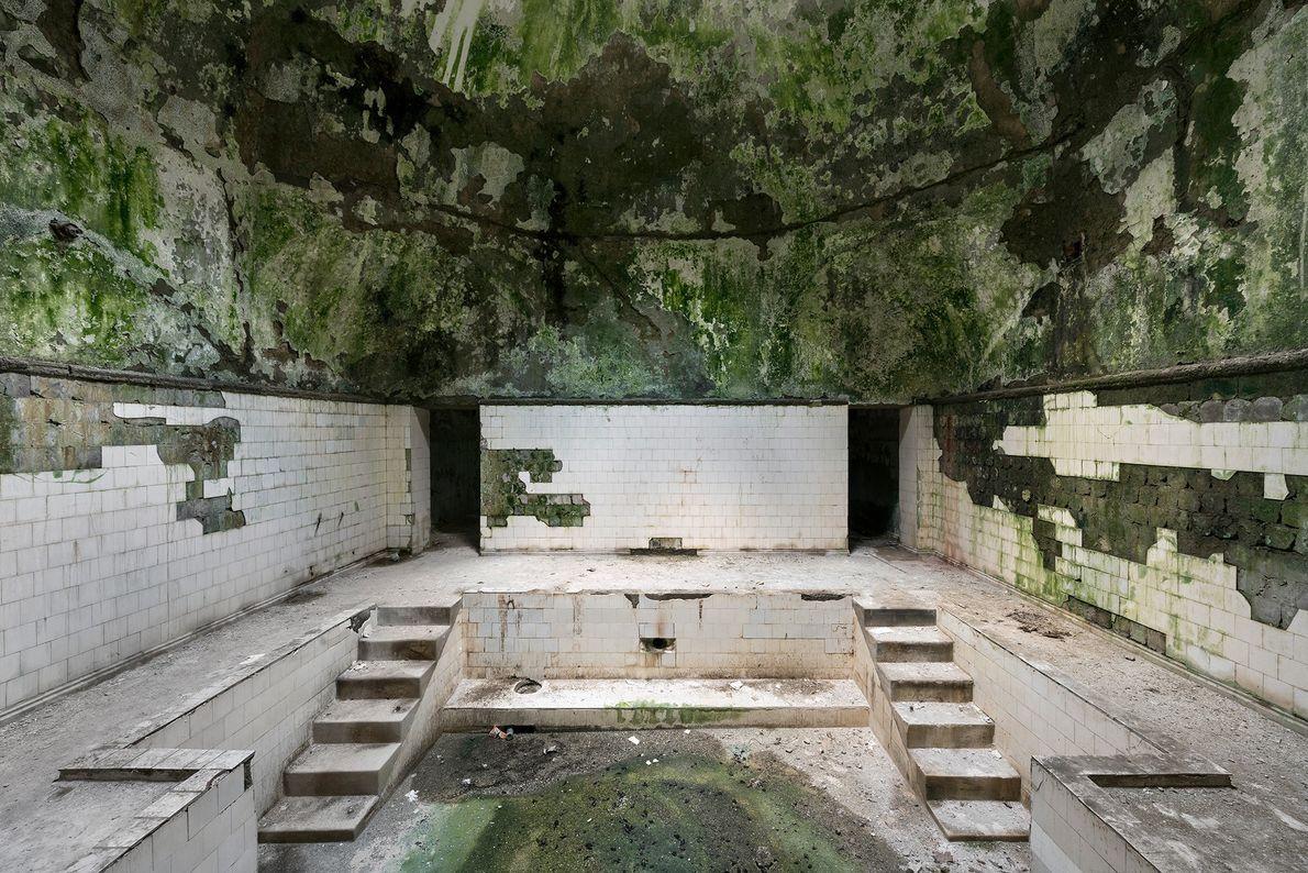 A água ainda flui através e debaixo das banheiras neste balneário abandonado, fazendo com que os ...