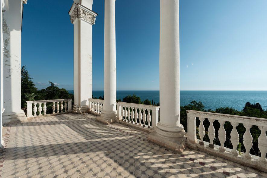 Este terraço tem vista para o Mar Negro, em Gagra, Georgia.