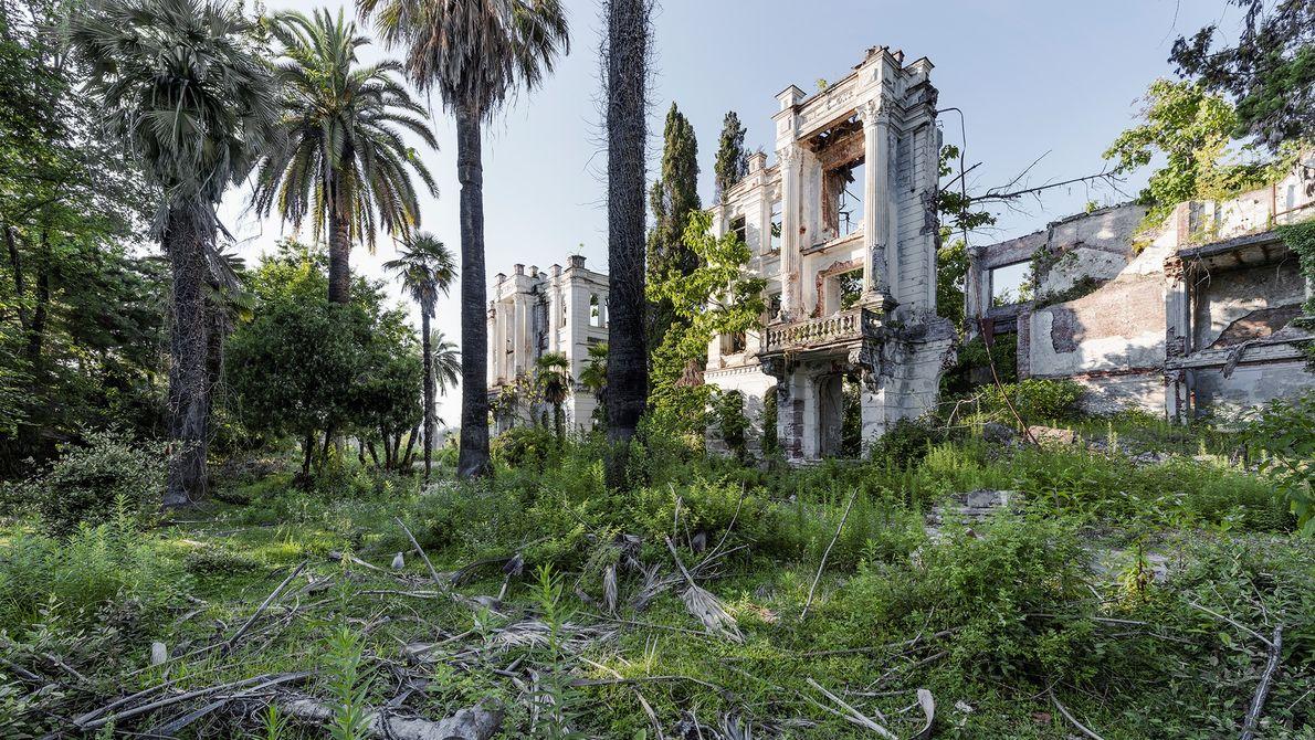 Os restos de um sanatório ao lado da Riviera Russa em Sokhum, Geórgia.