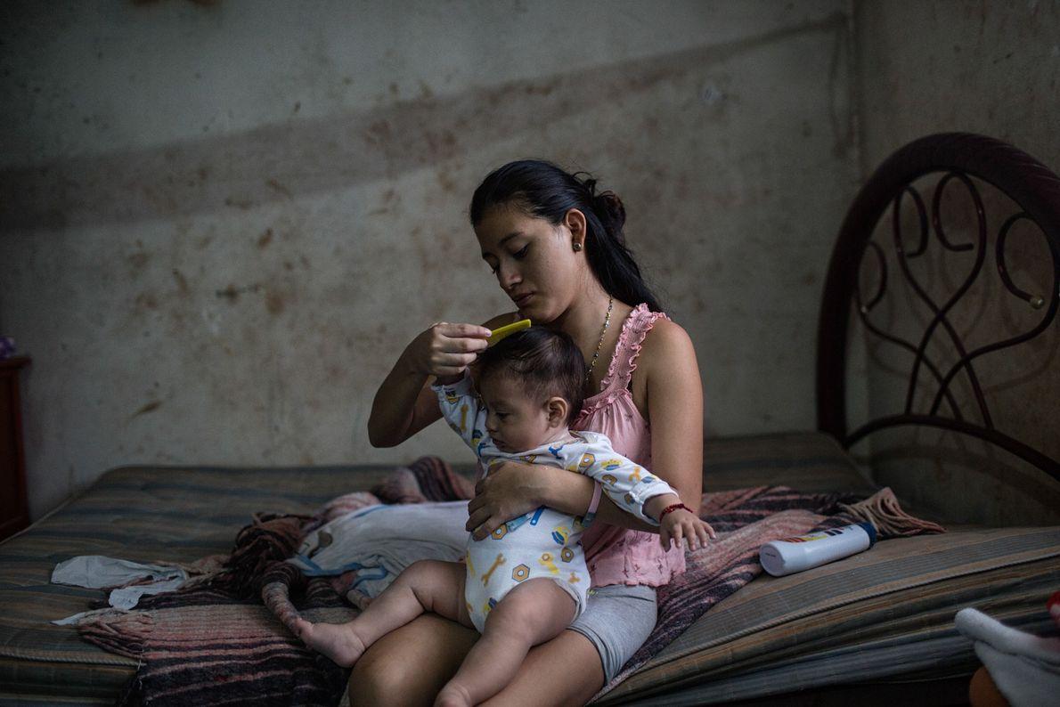 Em Tinun, no México, Beatriz, com 18 anos, penteia os cabelos do filho, André, após o ...