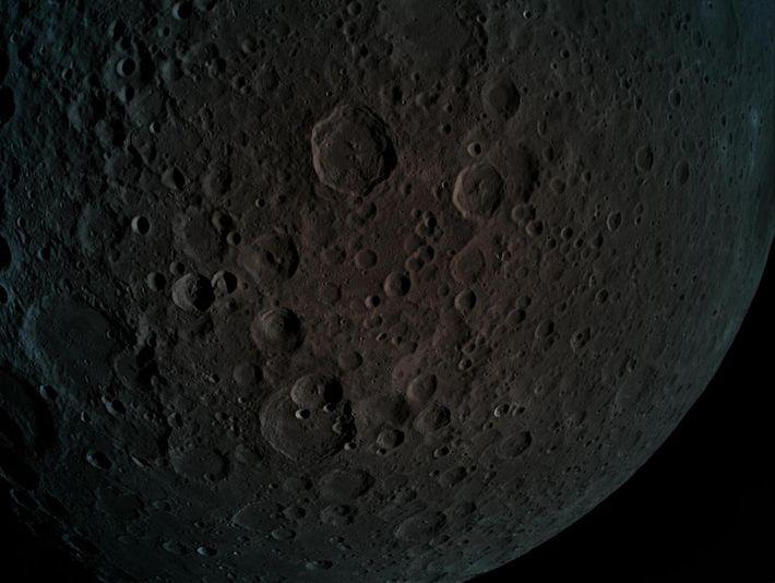 Em 4 de abril de 2019, a Beresheet entrou na órbita lunar, registrando esta imagem do ...