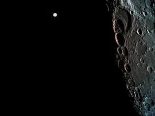 A mais de 362 mil km de distância, a Terra parece apenas um ponto brilhante nesta ...