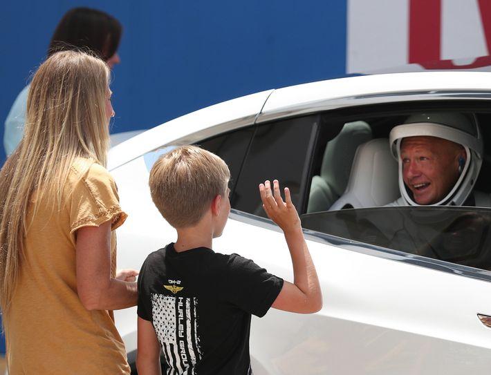 O astronauta da Nasa Doug Hurley diz tchau para a esposa, Karen Nyberg, e o filho, ...