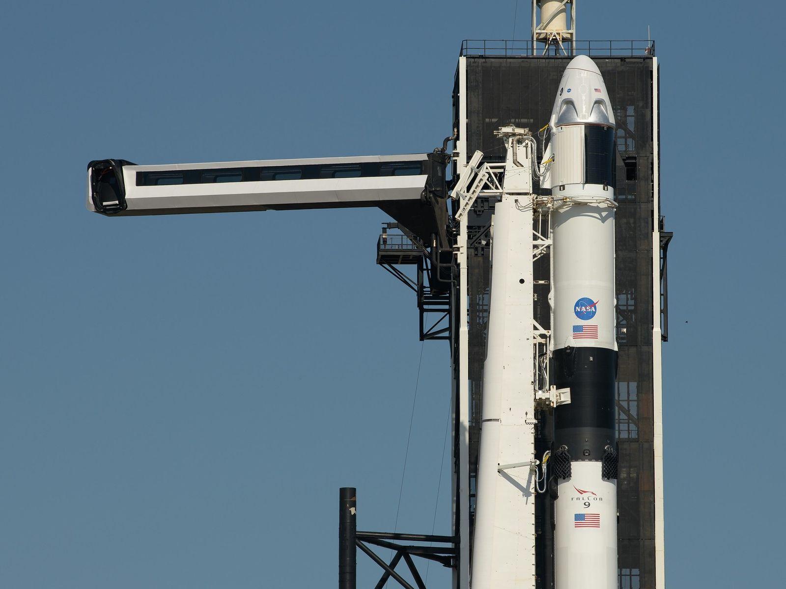 O braço de acesso da tripulação é posicionado para a espaçonave SpaceX Crew Dragon e o ...
