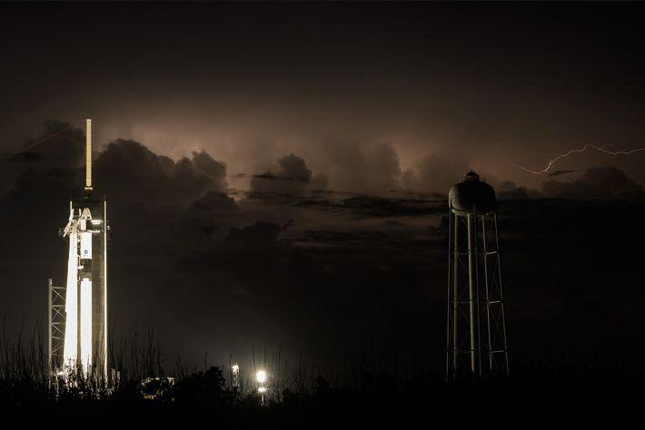 Os céus da Flórida estavam carregados nos dias anteriores ao lançamento de hoje e não clarearam ...