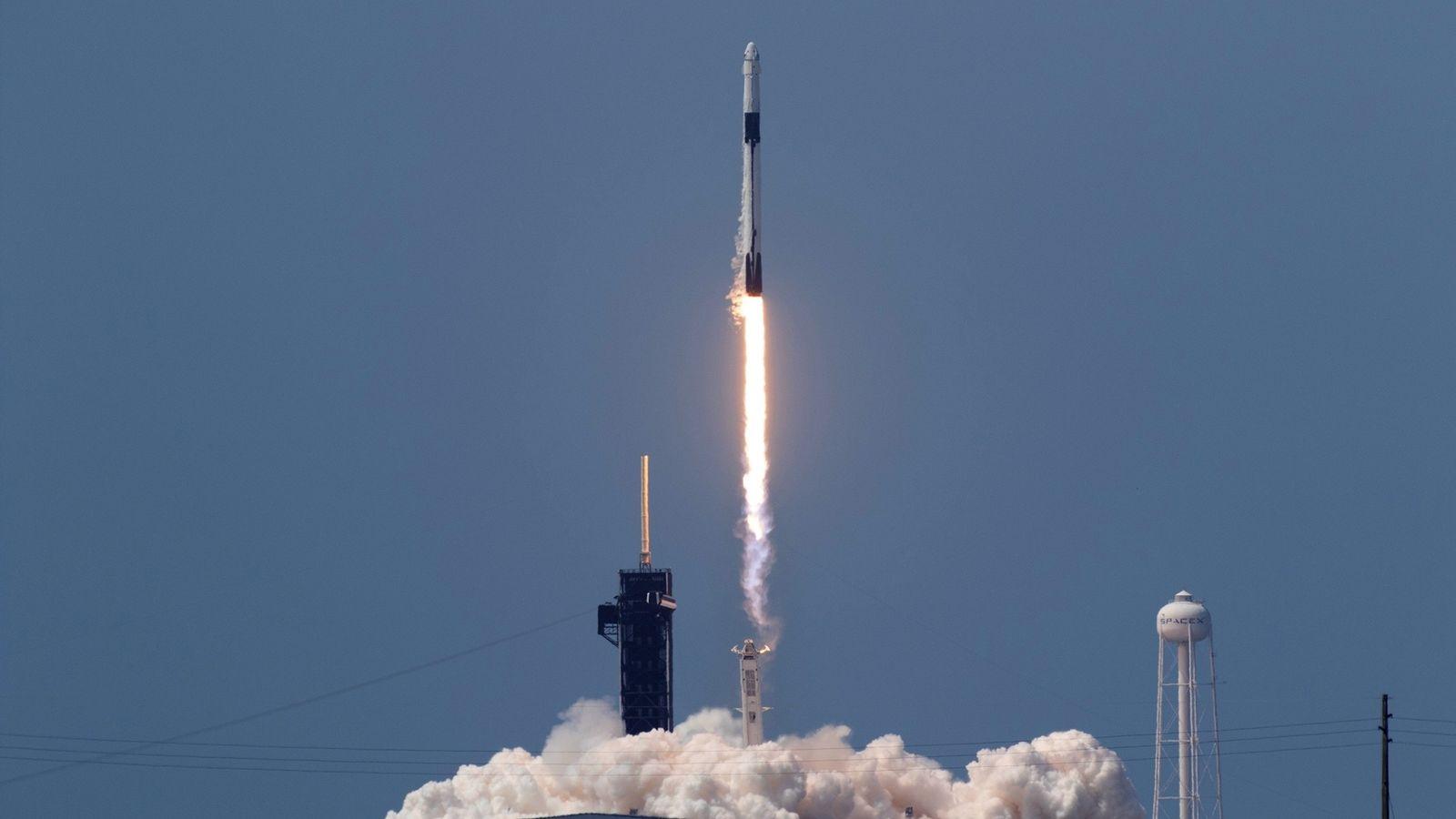 O foguete Falcon 9, da SpaceX, decola do Centro Espacial Kennedy, na Flórida, levando os astronautasBob ...