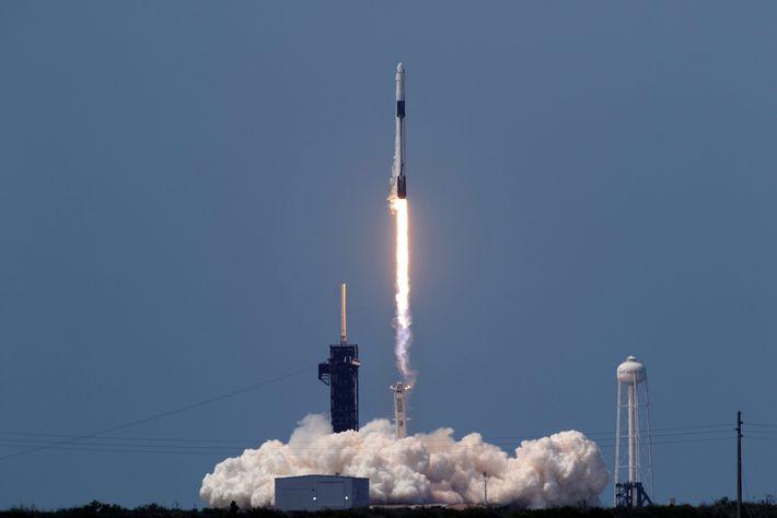 O foguete Falcon 9, da SpaceX, decola do Centro Espacial Kennedy, na Flórida, levando os astronautas Bob ...