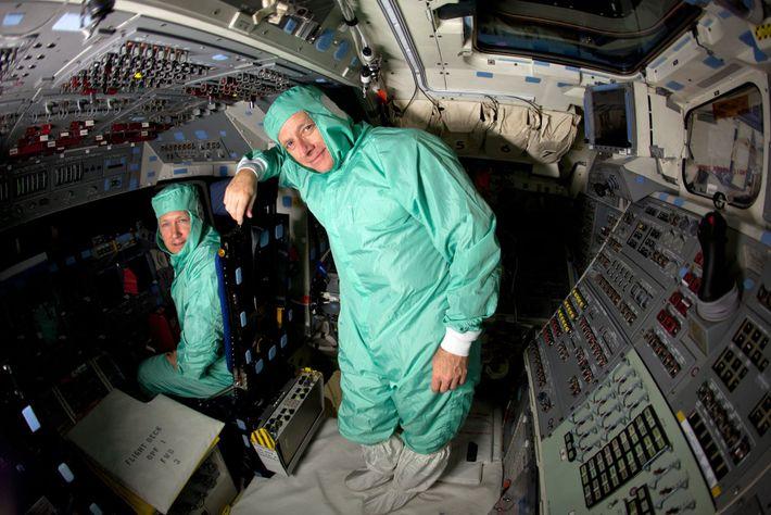 Chris Ferguson (à direita) e Doug Hurley, astronautas da Nasa, posam para uma foto no centro ...