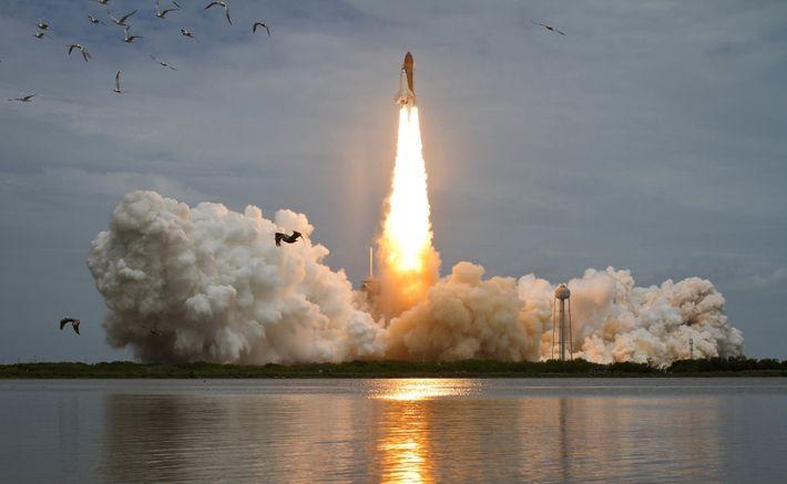 Lançamento do ônibus espacial Atlantis no Complexo de Lançamento 39A em 8 de julho de 2011, ...