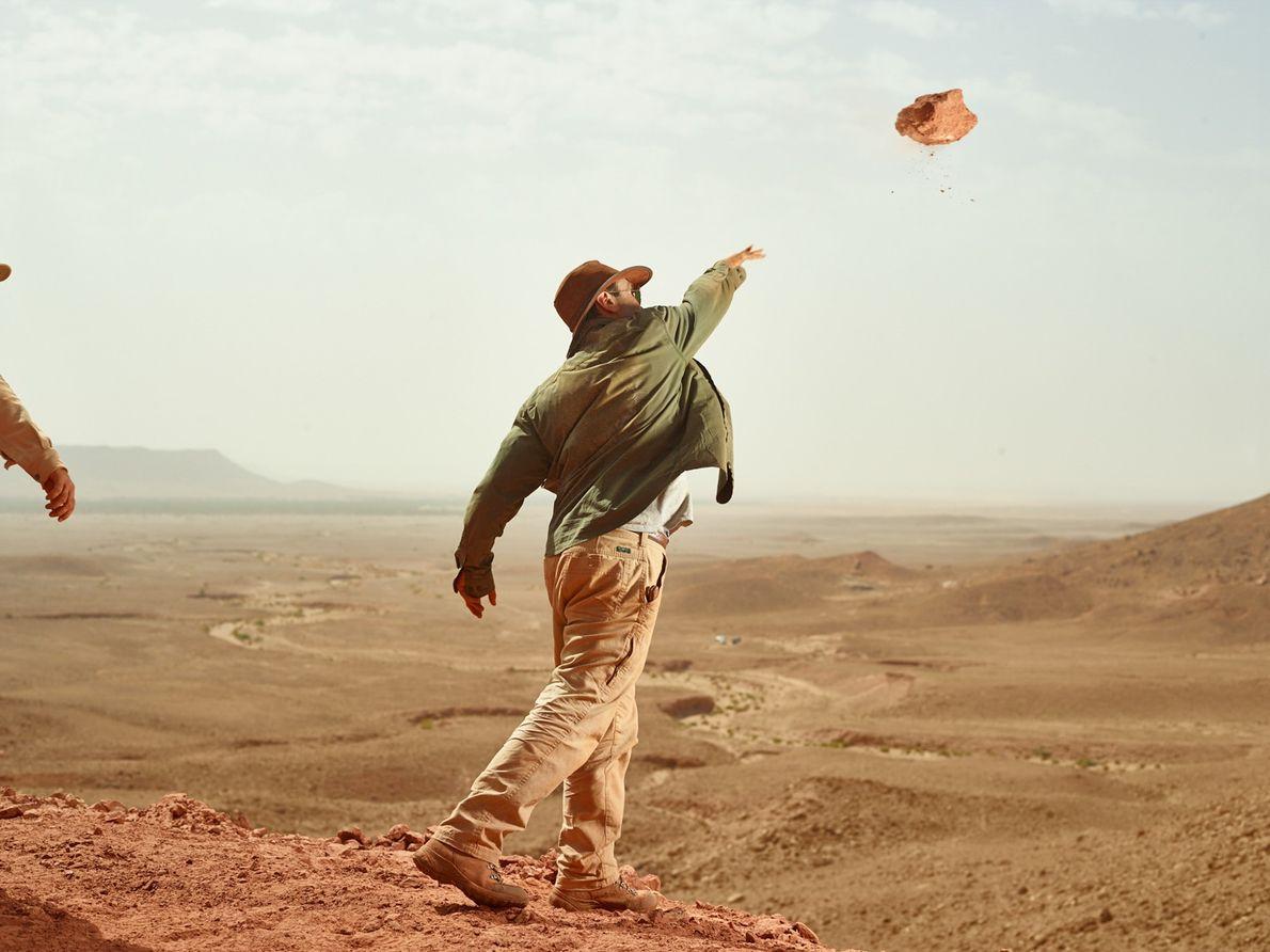 Para limpar o sítio do Spinosaurusde excesso de detritos, Ibrahim joga um pedaço de pedra morro ...