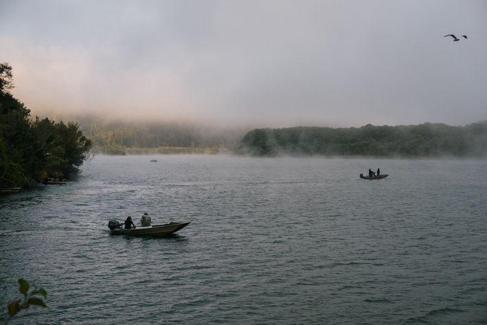 Indígenas utilizam redes de emalhar tradicionais para pescar no rio Klamath.