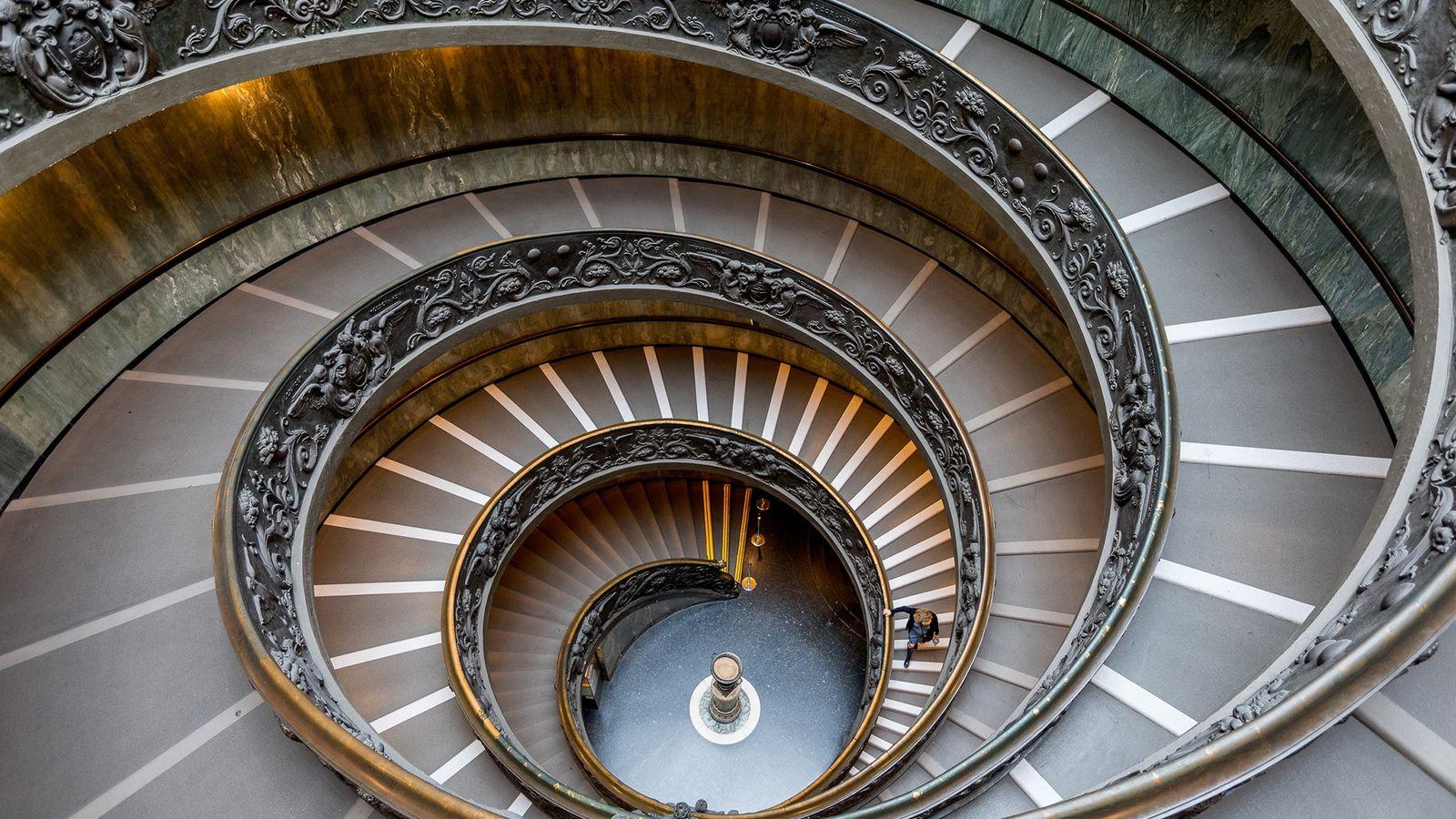 A Scala Elicoidale, ou Escadaria Bramente, foi projetada pelo arquiteto italiano Giuseppe Momo em 1932.