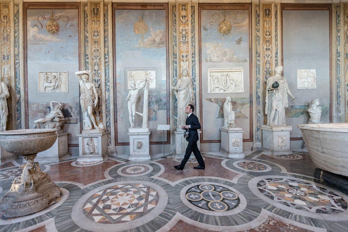 A Galeria de Estátuas e o Corredor de Bustos mostram obras como Ariadne Adormecida e afrescos ...