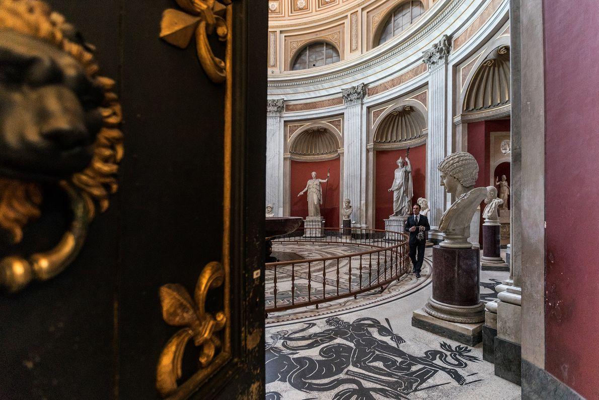 A Sala Rotunda, ou Sala da Rotunda, foi concluída em 1779 para imitar a forma do ...