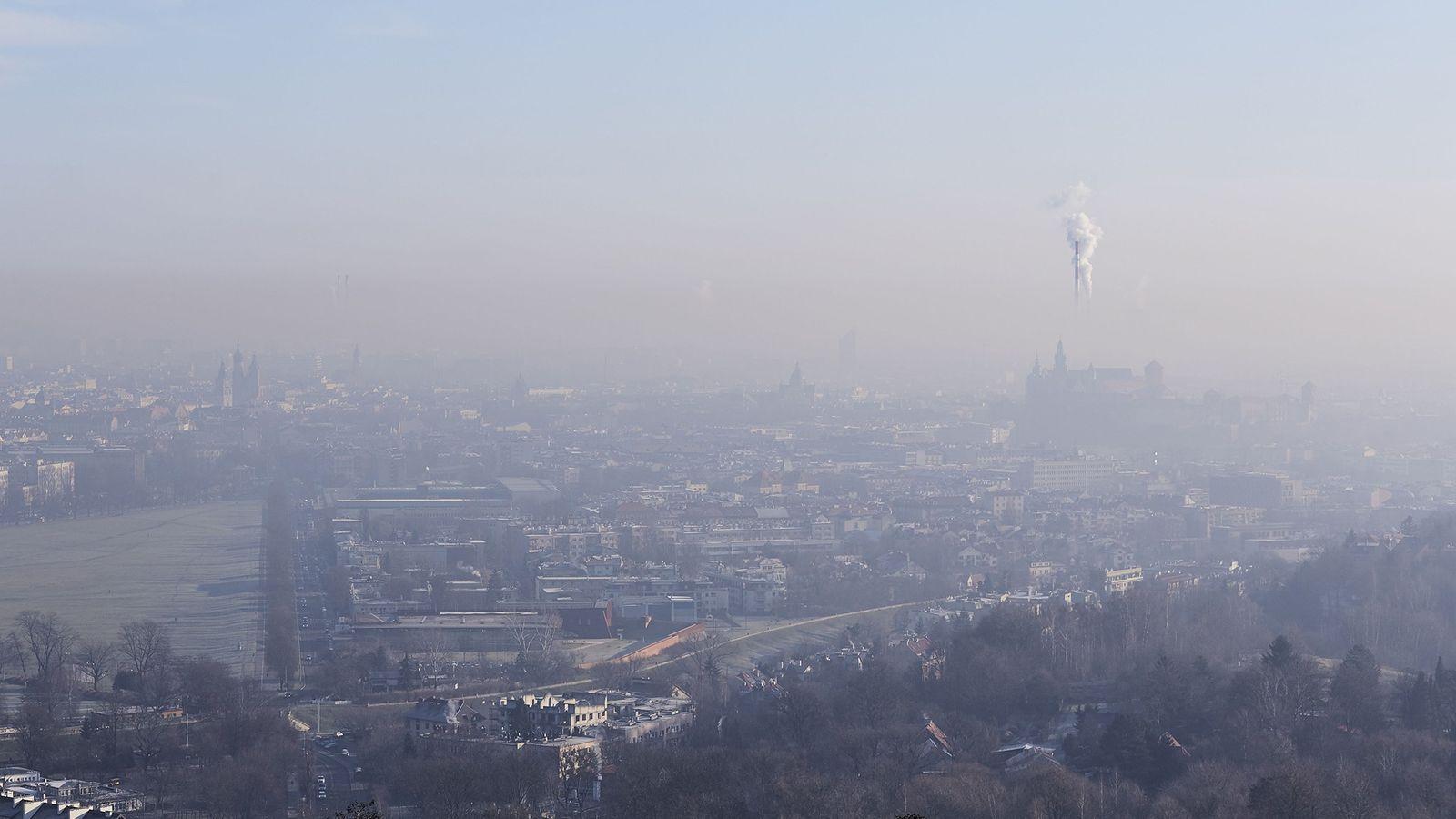 As usinas de energia, a indústria e outras atividades que emitem carbono continuamlançando gases de efeito ...